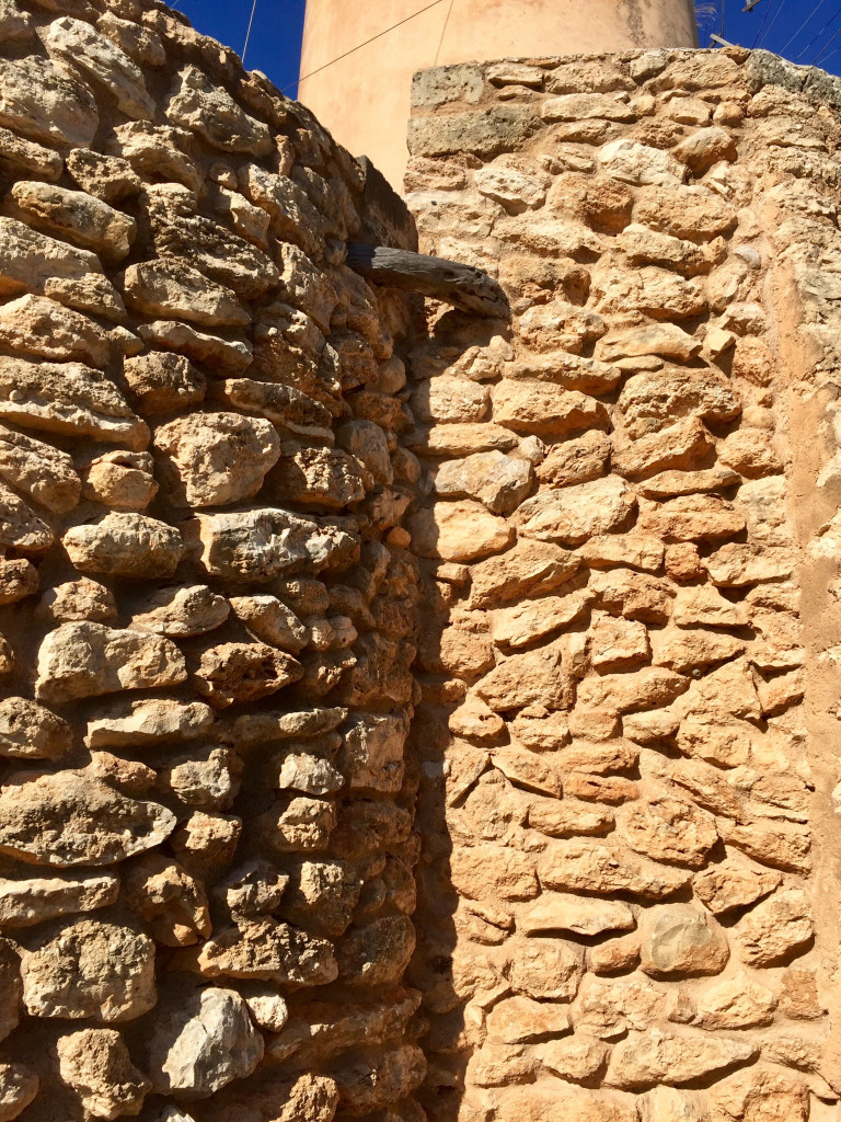 Kleiner Ausflug zur Mühle von Santa Ponsa - das Mauerwerk in der Nachmittagssonne