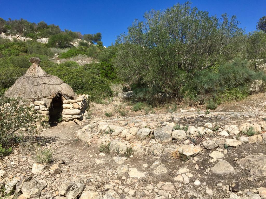 Auf in die Steinzeit zum Puig de Sa Morisca - Köhlerhütten