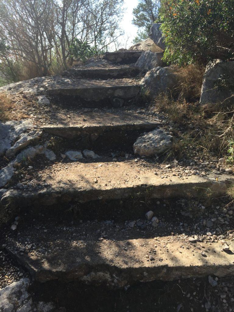 Auf in die Steinzeit zum Puig de Sa Morisca - Manchmal sogar über Stufen