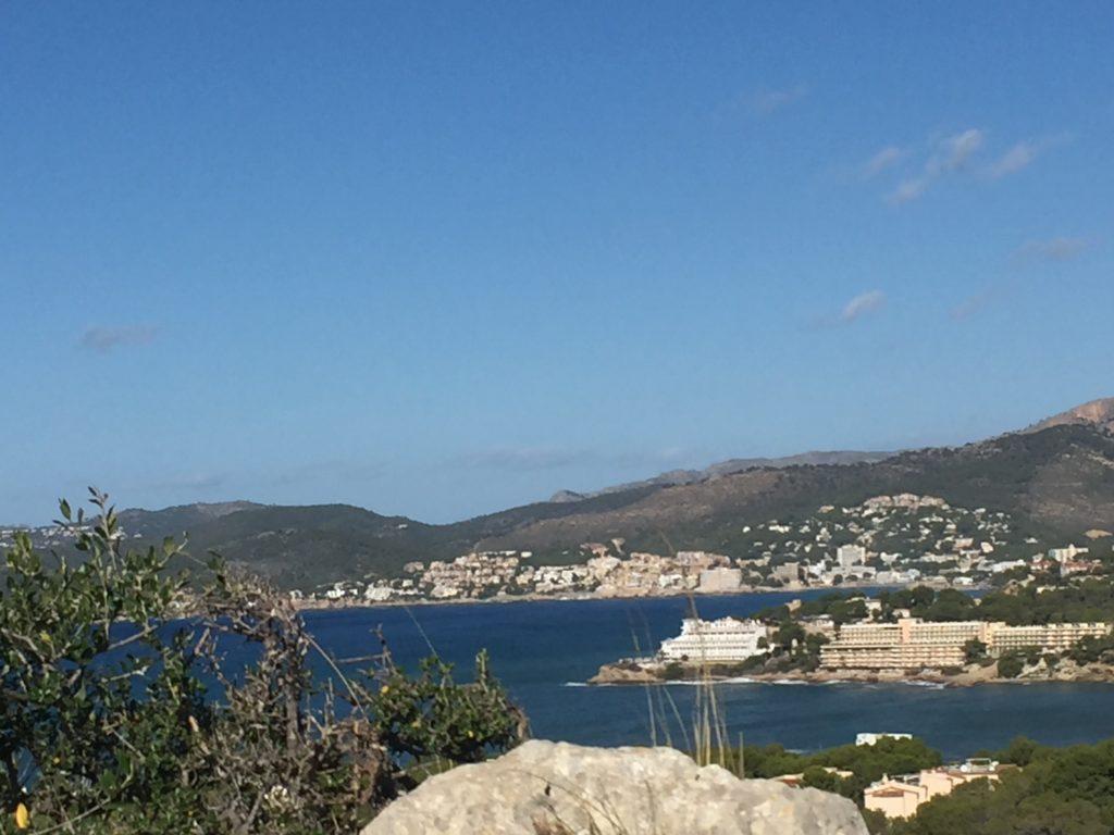Auf in die Steinzeit zum Puig de Sa Morisca - Blick auf Santa Ponsa