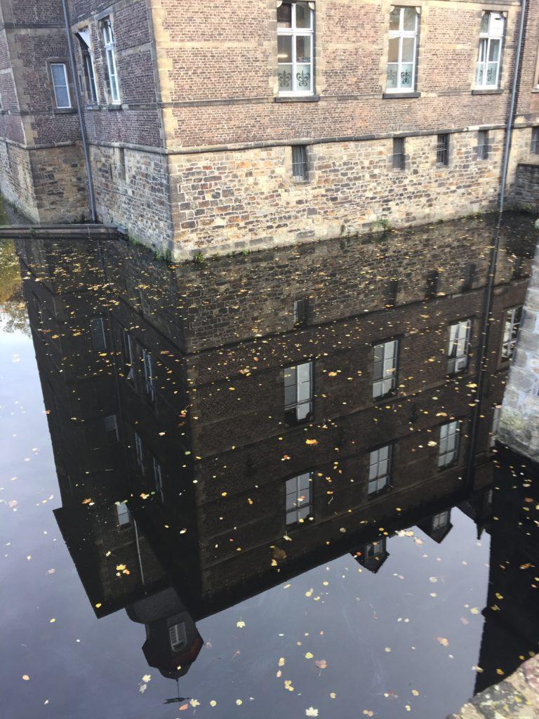 Schloss Hugenpoet im Spiegel des Wassergrabens