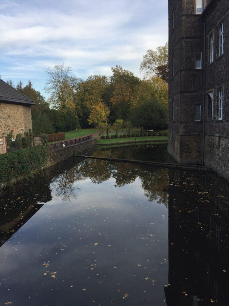 Wassergraben Schloss Hugenpoet