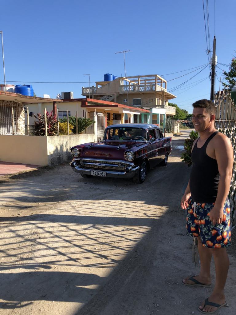 Mit dem Mietwagen durch Kuba - Wirt Yoan vor der Casa