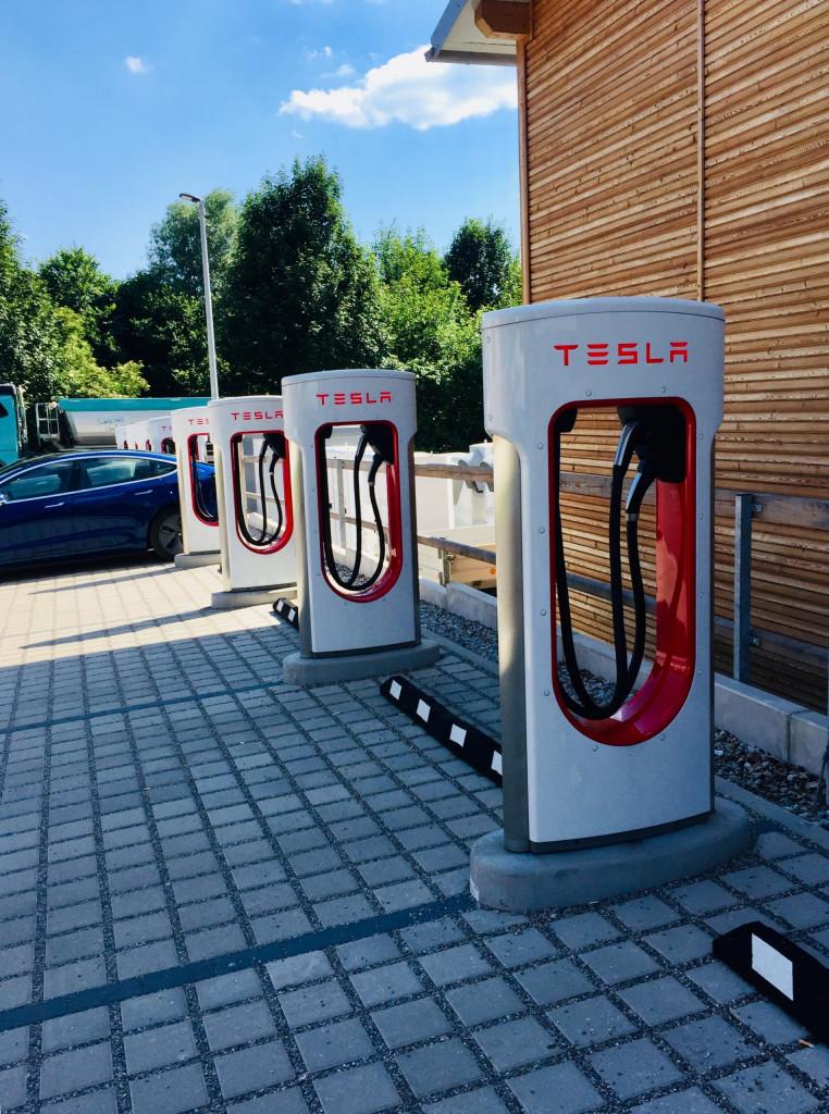 Achtung E-Auto - Supercharger für Teslas