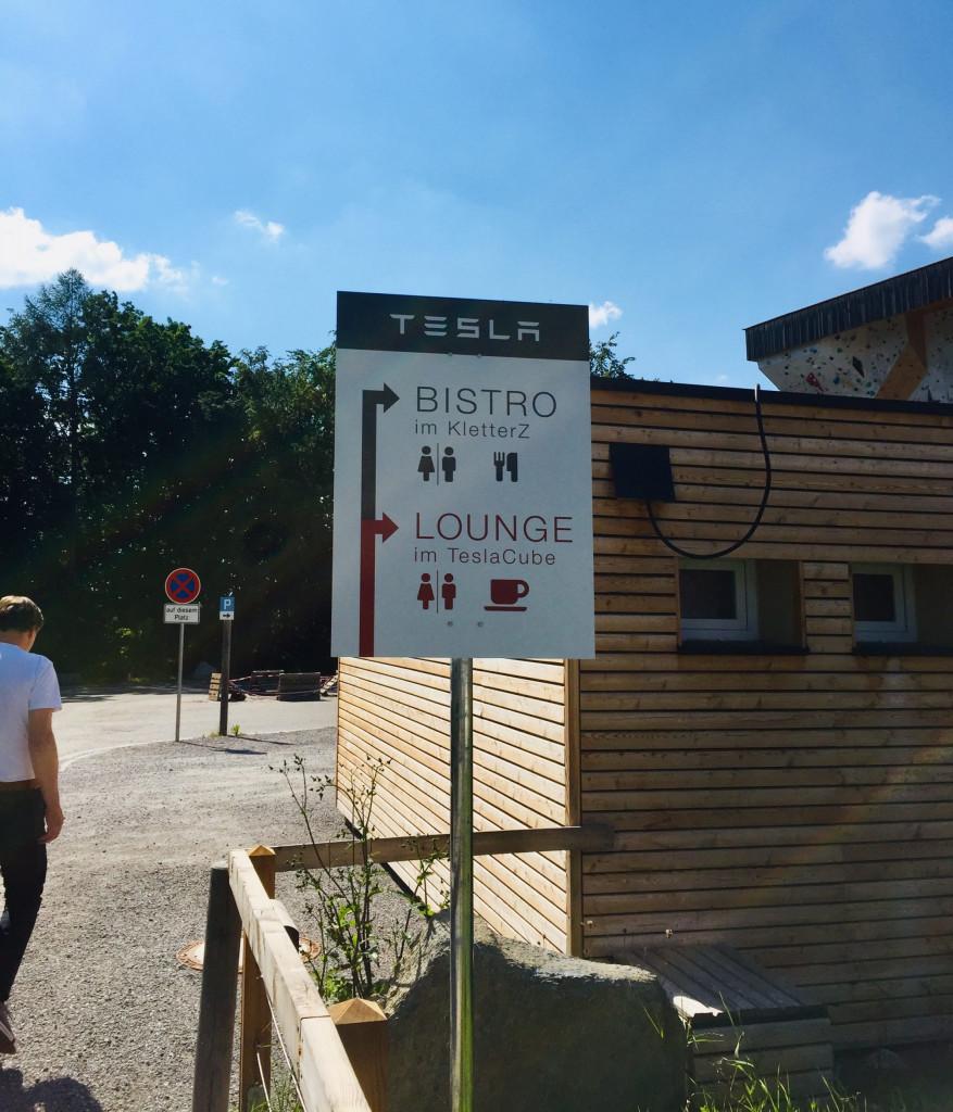 Achtung E-Auto - mit kleiner Lounge