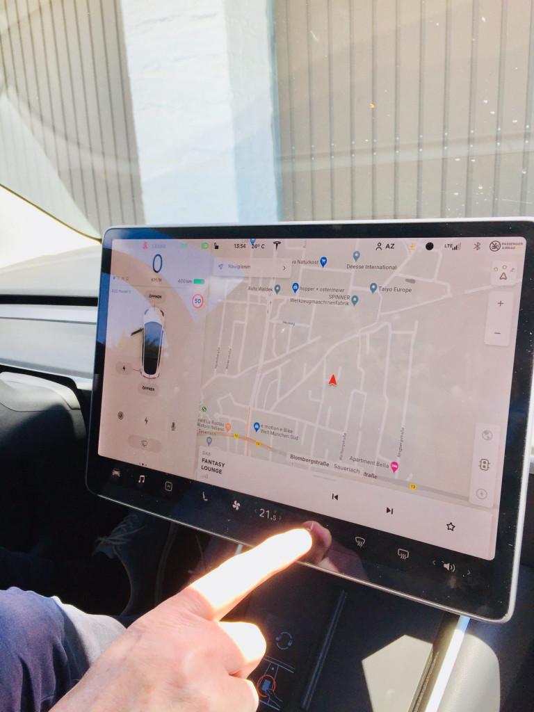 Achtung E-Auto voraus - Navigationsdisplay