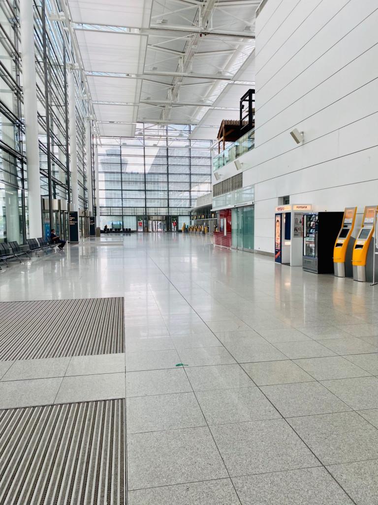 Mallorca Urlaub in Corona Zeiten - gähnende Leere am Münchener Flughafen