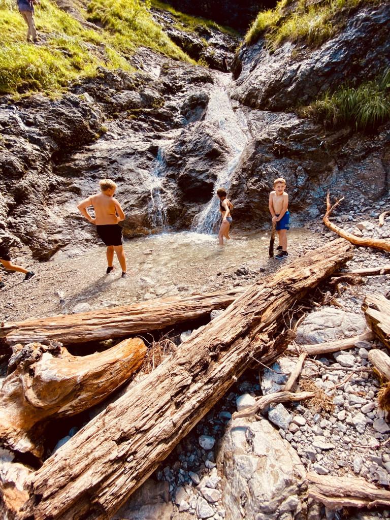Wildbad Kreuth und die wilde Wolfsschlucht - badende Kinder in der Kleinen Wolfsschlucht