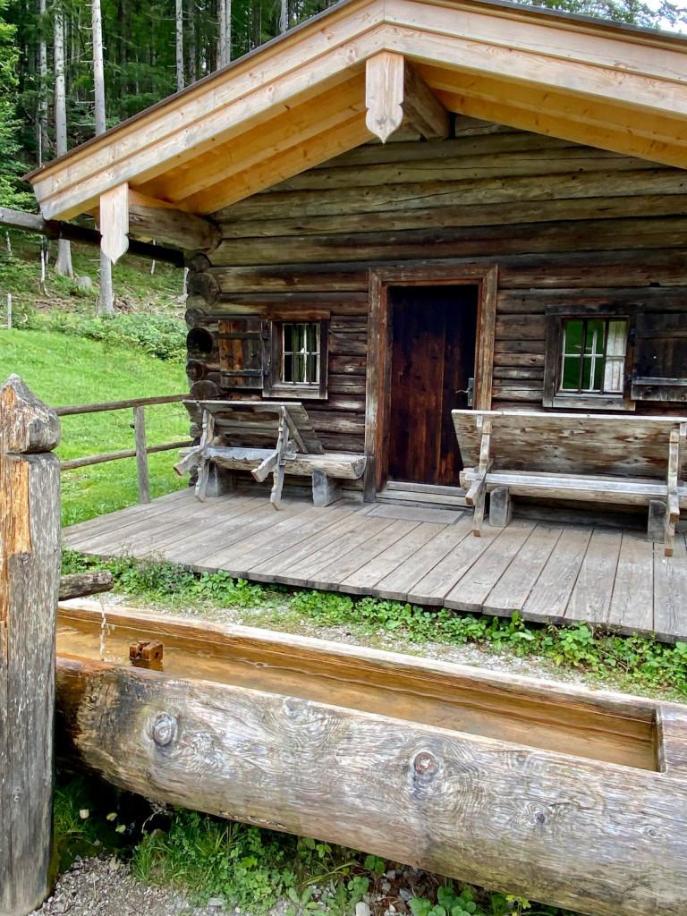 Wildbad Kreuth und die wilde Wolfsschlucht - Hütte am Wegesrand