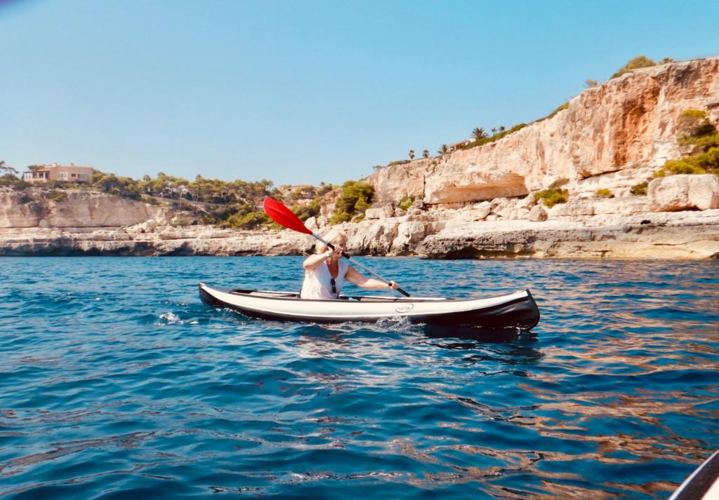 Wie bleibe ich fit im Urlaub? - Kajakfahren vor Mallorcas Küste