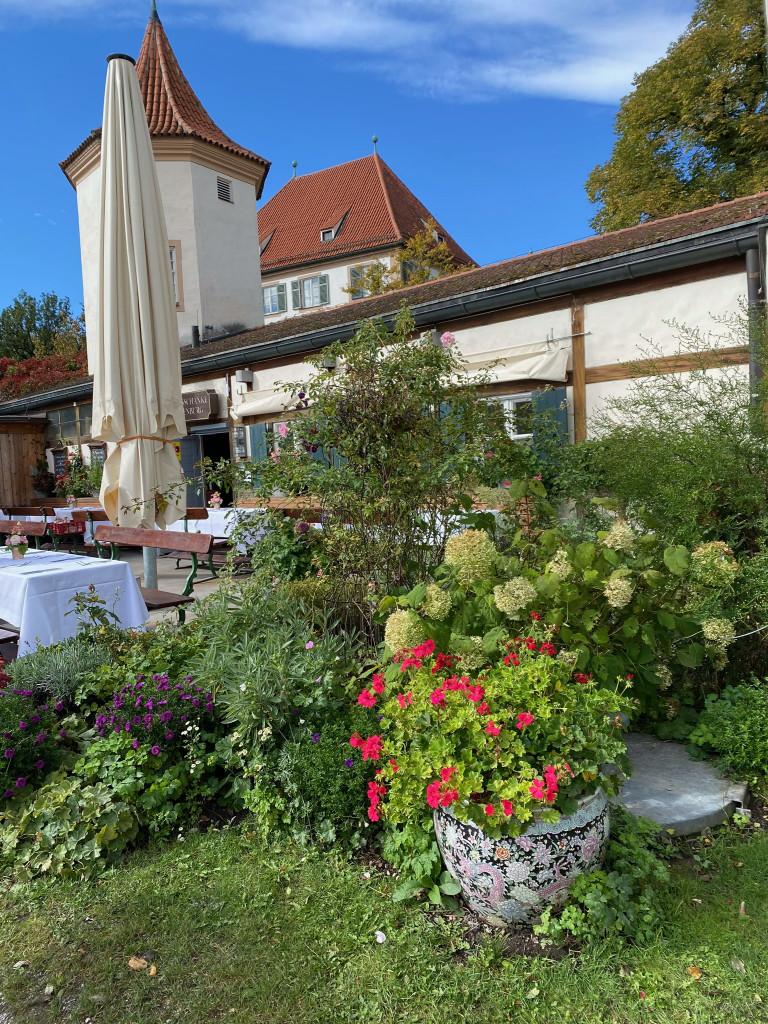 Unbekanntes Schloss Blutenburg - Schloss-Schänke mit Terrasse zum See