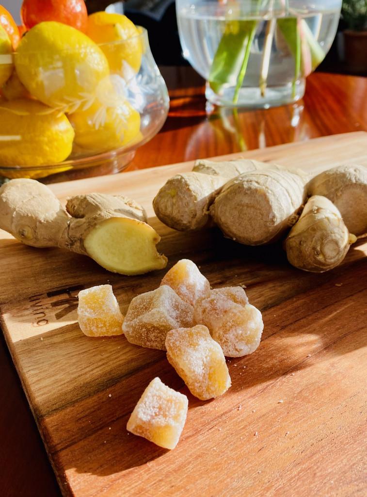 Ingwer schießt extra scharf gegen Reiseübelkeit - Ingwerknolle und kandierte Frucht
