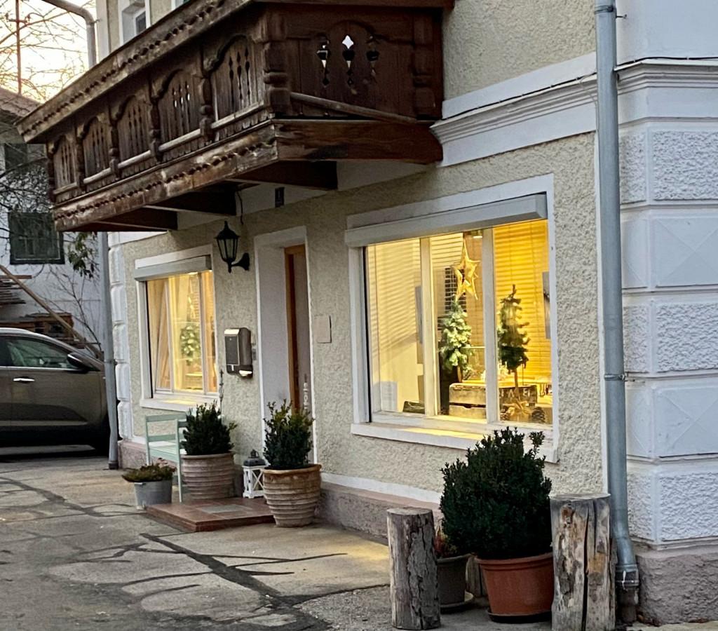 Die Schmuckmacherei in Arget - schön dekorierte Schaufenster