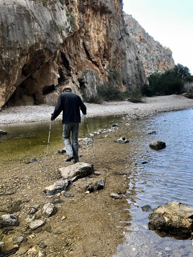 Torrent de Pareis - auf Steinen durch das Wasser