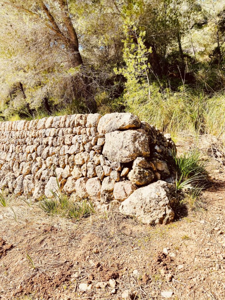 Mallorca und die Trockensteinbauten - große Steine bilden den Abschluss