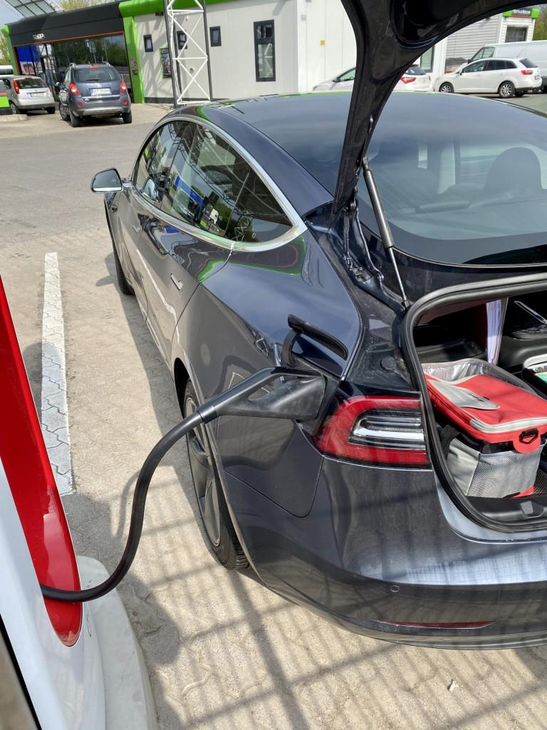 Im Tesla München-Kiel-München in 3 Tagen - am Supercharger eingesteckt