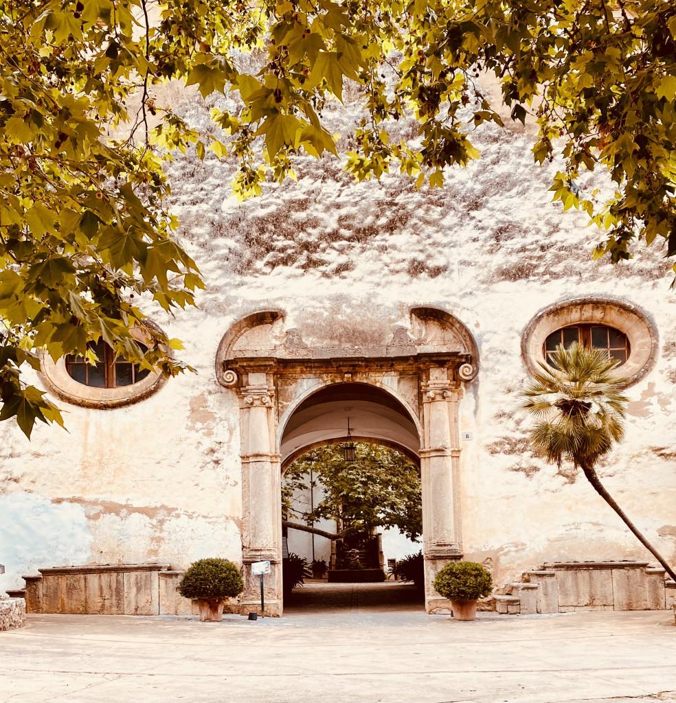 Jardines de Alfabia - Das große Eingangstor mit Durchblick in den Innenhof
