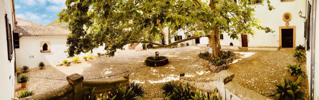 Der Innenhof Clastra mit der riesengroßen Platane und dem Brunnen