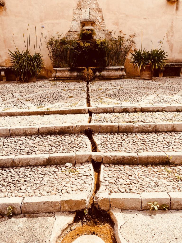Ein Wasserkanal für die Treppe, gespeist aus einem Brunnen