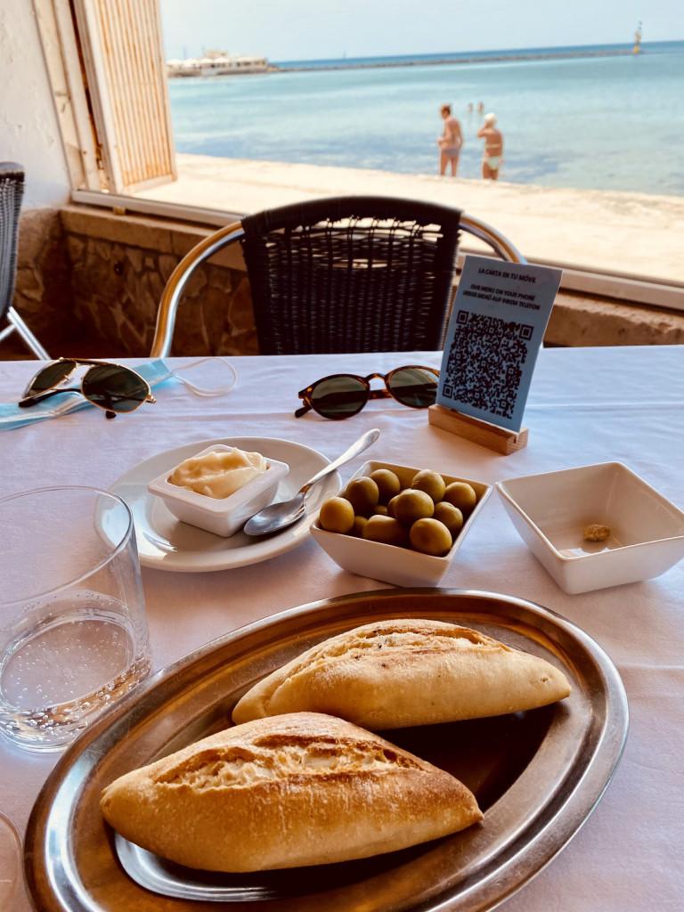 Typisch mediterran: Oliven und Aioli