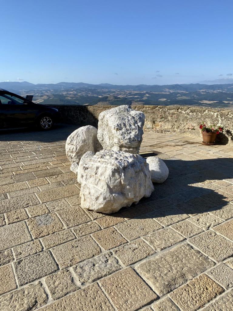 Alabasterklumpen an der Stadtmauer von Volterra