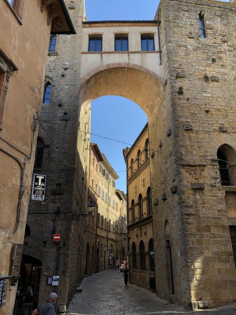 Auf in die Altstadt von Volterra